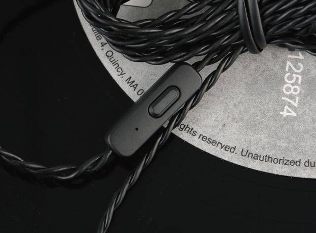 作为创新耳机家族中的经典--Aurvana系列的上一次更新还要追溯到2年前,以主动降噪功能为特色的Aurvana ANC和主打双动铁单元的Aurvana In-ear3 Plus是它在2016年推出的两款产品。在经过了2017年一整年的沉寂后,2018年这一经典系列再次迎来了新品的诞生--Aurvana Trio,一款圈铁混合单元的入耳式耳机。它的到来,意味着老牌音频厂商创新也杀入到如今火热的圈铁耳机市场,慢工是否能出细活?