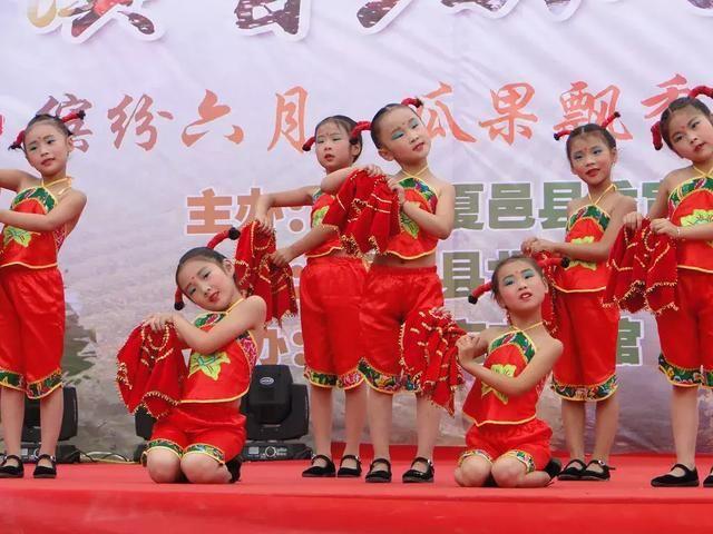 北岭镇中心幼儿园表演的舞蹈《俏妞庆丰收》.