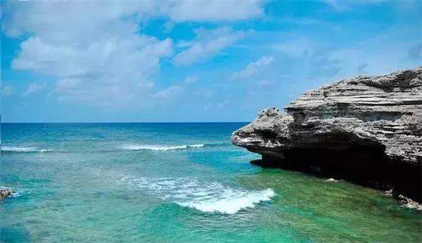面朝大海,春暖花开,这里是我们神圣的蓝色国土,宝石般的岛礁星罗棋布,中国渔民世代耕耘。椰林苍翠,绿草细润,海水碧蓝如瑙,五星红旗火红如霞,质朴渔民黝黑如玄三沙,用最绚烂的颜色,写满流光华影。  三沙市是海南省地级市之一,位于南中国海,三沙市包括南沙、西沙、中沙三个群岛,是我国领土最大、人口最少的地级市,也是我国版图最南端的城市。  可以说是中国最牛逼的城市,禁止外国人踏入的海南三沙市。  总面积200多万平方公里,比新疆的面积还要大,不过陆地面积只有20多平方公里,这里的常住人口2000多人(不含驻地军
