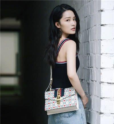 """同款""""古奇""""包不同背法,倪妮却排名第一,演绎现代女性!"""