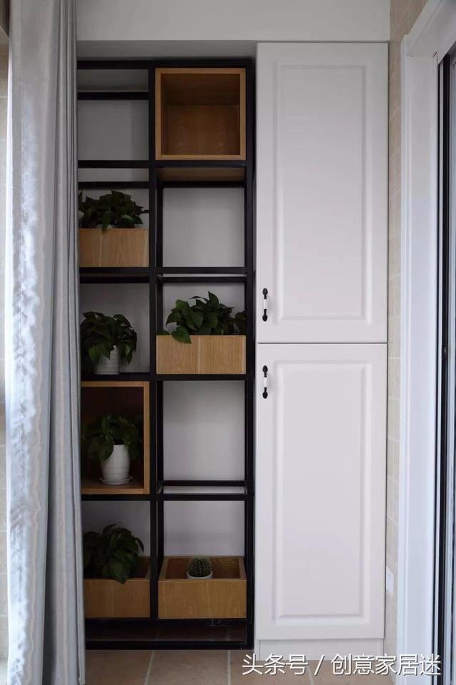 客厅通铺木色地板,搭配白色天花板,浅色装修加不吊顶设计,对提升空间