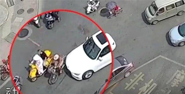 80岁大爷被宝马车撞倒,司机赔200元不要,大爷:我心里不安