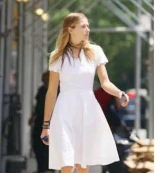 街拍:穿一袭流光彩虹裙的少妇,安静的样子楚楚动人!