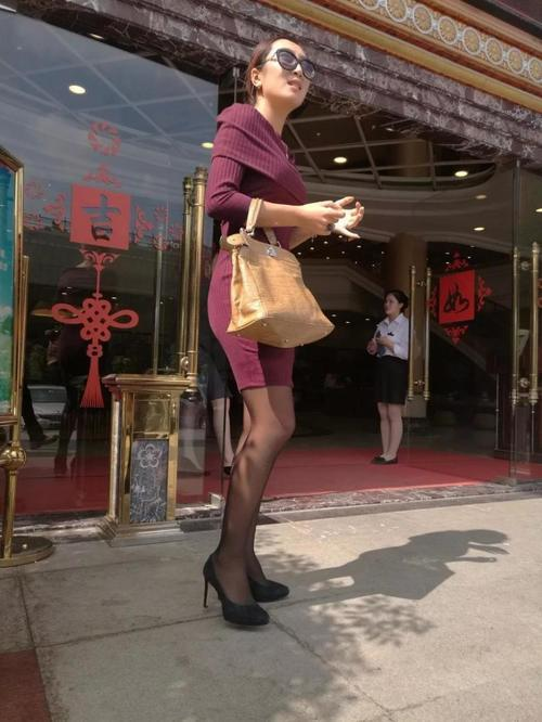 街拍:眼罩包臀裙黑丝美女紧身,不知道在等待谁面纱高跟情趣图片