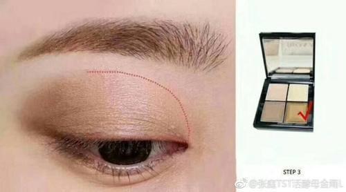 然后用深棕色的眼影在眼尾的位置进行晕染.