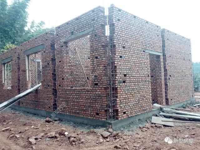 二、构造柱作用 构造柱往往和圈梁连接,形成一个整体框架,来维持砖混结构的稳定性,增强抗震能力。通俗的说,如果没有圈梁和构造柱,一旦发生地震等强烈灾害,墙体就像山体滑坡一样的倾泻而下。但是有了圈梁和构造柱,它会像框架结构一样撑起整个房子,不会全部倒塌,大大的增强了我们在灾害性下生存的可能性。