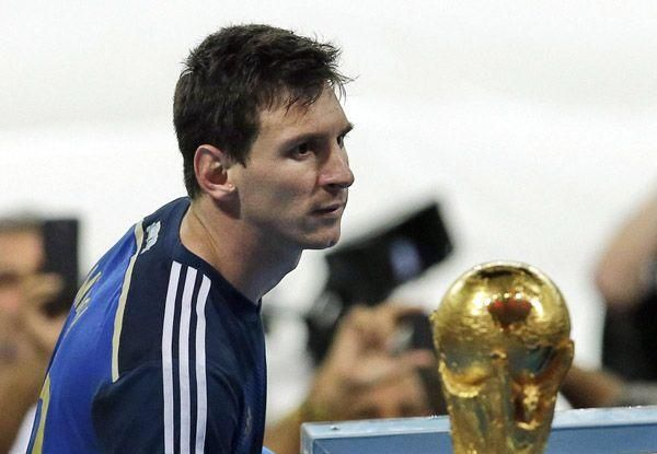 世界杯往事:四年前梅西凝望大力神杯伤心欲绝