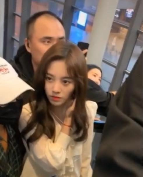 <b>有种羡慕叫鞠婧祎的男保镖,看到手放的位置:放开那个女孩让我来</b>