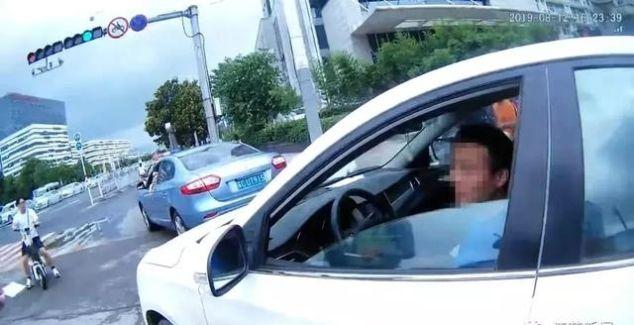 <b>男子无证驾驶被查装聋哑人,结果手机响了!接还是不接?</b>