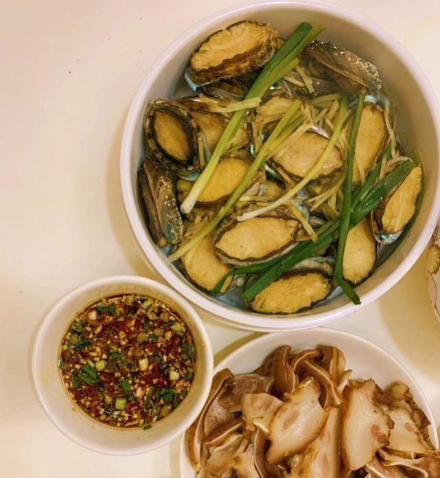 张歆艺晒午餐,一碗小米辣引发v党参,哺乳期吃这党参猪肚汤的做法图片