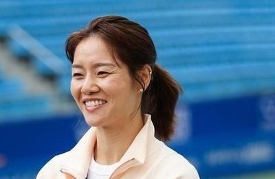 众望所归,中国运动员李娜加入网球名人堂,她是中国的骄傲