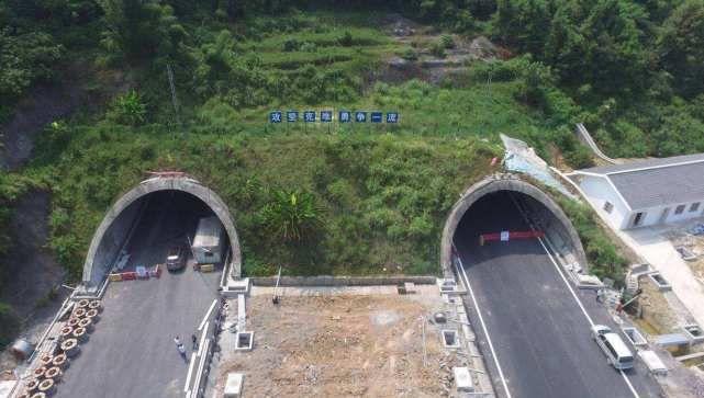 高速隧道不允许超车,可是前车太慢怎么办?这样做不算违章