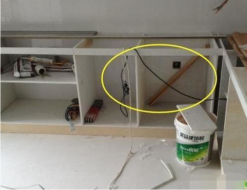 橱柜没安装背板,业主生气不验收!工人委屈:你用了就知道有多坑-家居窝