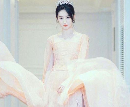 当女神刘亦菲穿上公主裙,从南瓜马车里走下来,简直让人惊艳!