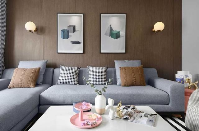 新房刷墻很漂亮,顏色很是豐富亮麗,而且一點也不俗氣,主要還是通過軟硬裝的結合,打造出一個很清新的墻壁顏色,沙發背景墻是復古棕色扣板,墻壁裝的很高冷色,然后搭配高級灰的沙發,然后亮色裝飾真清新。  這是一面電視背景墻的裝修,墻壁是黑色的,掛放電視機很顯大氣,然后壁掛式安裝的一個電視柜,這樣的一面電視墻的設計,裝的真是很個性,而且也顯得整面墻很大氣,電視墻旁邊擺放北歐風綠植,真是清新極了。  餐廳的一個小空間,用色卻很到位,先說墻壁的顏色,一面墻是白色的磚紋很百搭,然后其他墻壁是淺灰色很百搭,然后靠墻打造一個