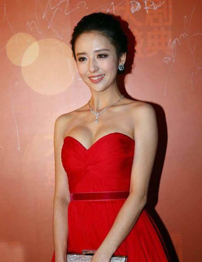 佟丽娅有多性感? 当看到肉色裙的她, 粉丝: 终于相信陈思诚审美!