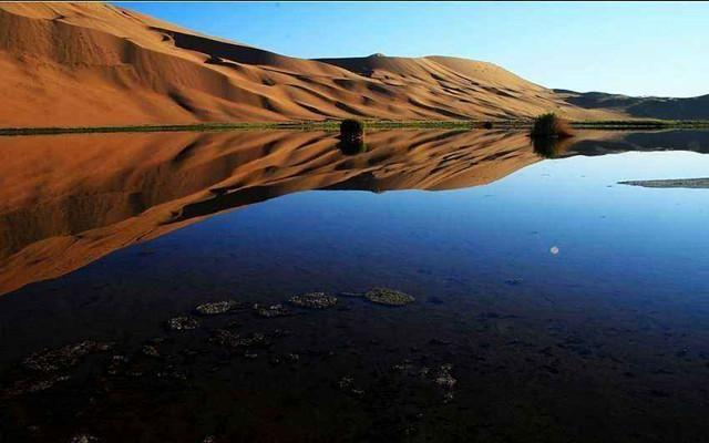 新疆,是我国西部的一个少数民族自治区。其独特的民族特色和地理特征,充满着神秘的色彩,特别是浩瀚而神奇的沙漠风情,就像一位蒙着神秘面纱的美丽的维吾尔姑娘,令人着迷,更令人神往。  十几年前的一天,新疆西北部沙湾县的一个牧民,骑着骏马来到一片广阔的草地放牧。当羊群在草地上星星点点的水塘中喝水时,牧民突然发现,水中不时有水流冒出。牧民继续向前,发现前方是一片平静的湖面,而湖面当中大大小小的泉眼密集出现,竟有几千个之多。这令牧民十分奇怪,在这人迹罕至的地方,为什么会藏着这样一片密布千泉的湖泊呢?在这水资源并不丰富