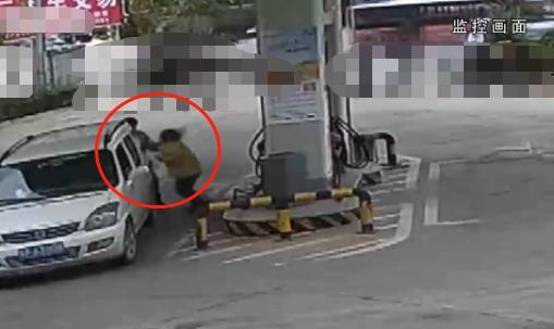 辱骂车下跪时被刮擦,奔驰员被加油加油到殴打面团视频教程揉圆图片
