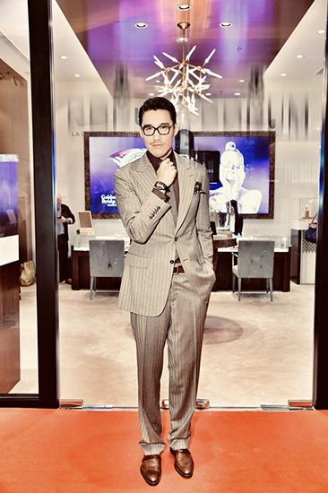 红粉女性网|热点:胡兵香港演绎OldFashion旧装穿出时尚经典