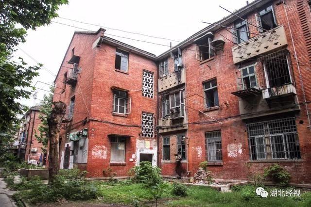 紅房子在武鋼開建后的幾十年里,承載了青山居民太多的生活和工作記憶,紅磚清水墻和機瓦坡屋頂的映像已經深深融入了青山人的血脈之中。 隨著城市建設步伐的不斷推進,紅房子的改造勢不可擋,但不論怎么改造,只要對它們不經意地望上一眼,你一定會想起轉爐中那火紅的鋼花,和老青山人那艱苦創業,奮發圖強的火紅歲月。