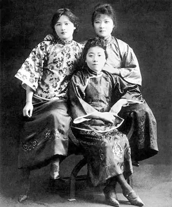宋美龄(右),宋庆龄(左),宋美龄时年18岁.