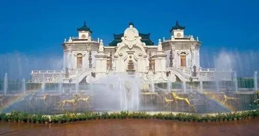 以北京圆明园为原稿,按1:1比例精选圆明园四十景中的十八景修建而成