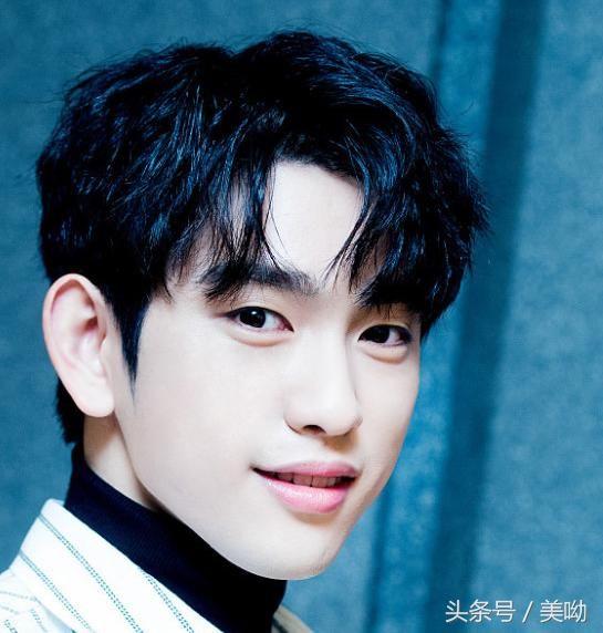 男生逗号刘海烫发发型图片