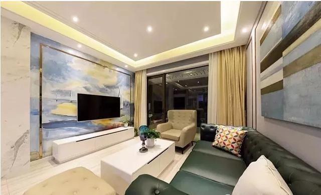 沙发背景墙用金属线条做了框架造型,中间挂着几幅拼装的抽象派装饰画