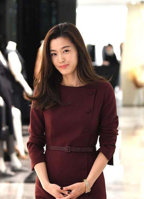 全智贤身穿酒红色长裙亮相某活动 气质身材满分 重回颜值巅峰