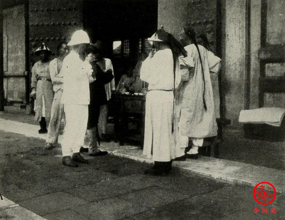老照片:八国联军占领紫禁城 太监为洋人提供茶