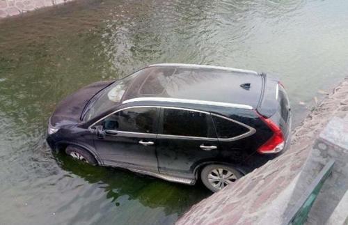 为何汽车坠河很多人逃不出去?交警:逃生技巧很简单,很少人了解