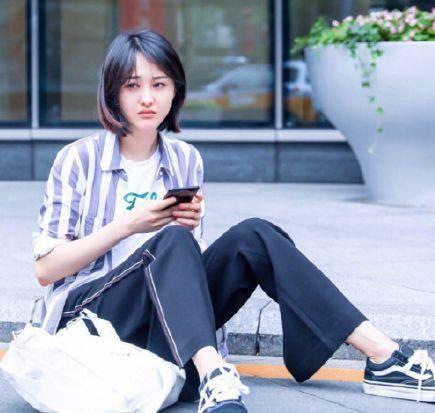 郑爽的白T恤配运动裤和小白鞋插图(7)