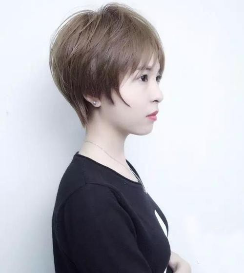 超短发纹理烫发设计不但时尚又洋气,而且彰显出女生个性与帅气的一面图片
