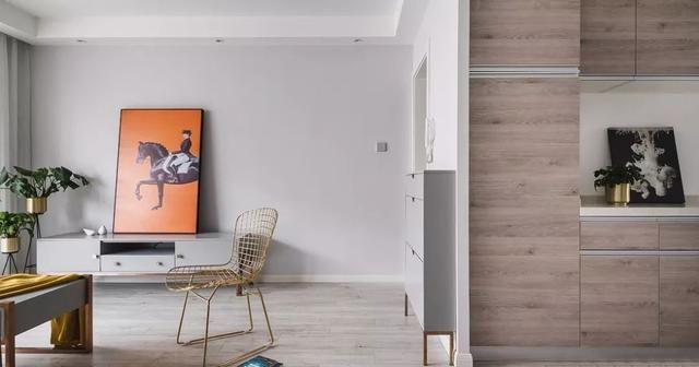 与客厅之间设计了窗帘,帘子一拉,阳台便成了独立的阅读区.