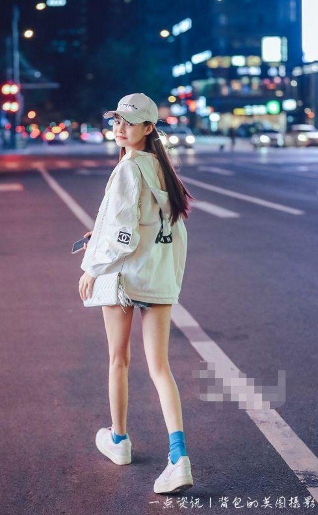 路人街拍,美女身穿一條牛仔超短褲,非常嫵媚誘惑