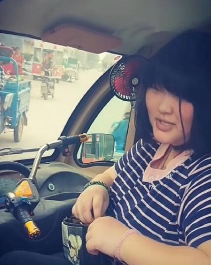 大衣哥朱之文给儿子买了一辆十万元的新车,女儿却只能开三轮车