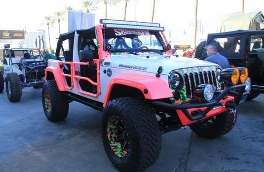 粉红色的改装版牧马人,开在大街上回头率要比奔驰大g要高!