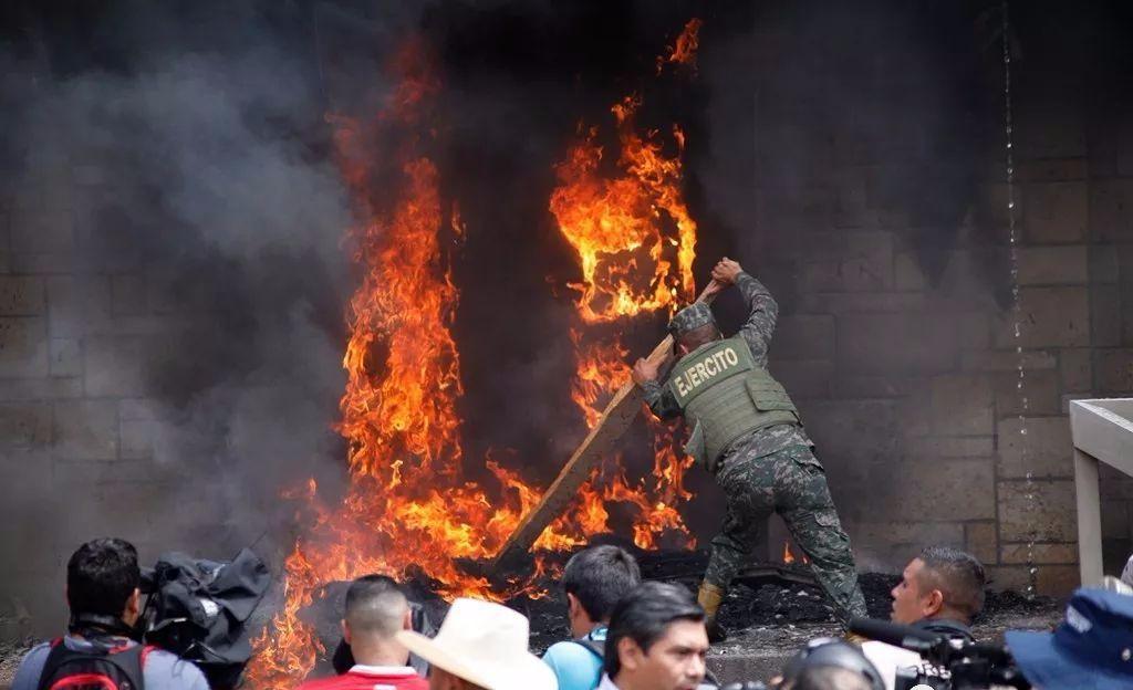 美大使馆被攻陷焚烧_图1-1