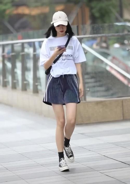 小姐姐身上穿了一件白色的短袖,小姐姐的大长腿插图(1)