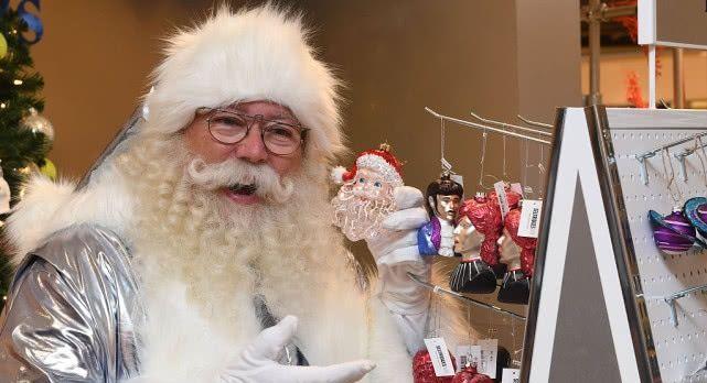 """英国著名百货公司大夏天开圣诞主题商店 """"圣诞老人""""现身捧场"""