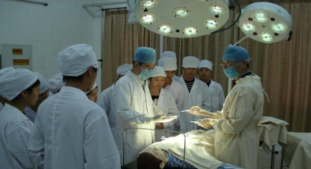 医生在抱怨工作辛苦,但医学类专业取分一直很高,最高是临床