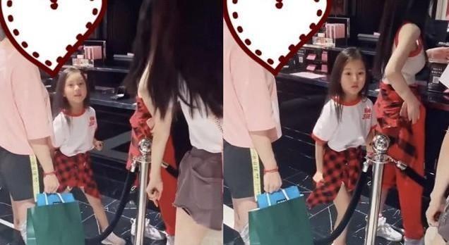 李小璐带甜馨逛街,贾乃亮深夜和女孩聚会,口罩遮面不想被认出!
