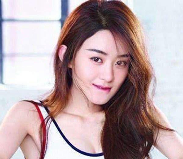 五位女星咬嘴唇:赵丽颖和杨幂可爱,热巴狡黠,她气质出尘!