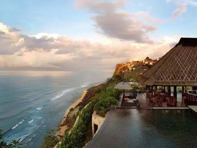 巴厘岛丽思卡尔顿度假村 The Ritz-Carlton Bali 巴厘岛丽思卡尔顿度假酒店位于努沙杜瓦地区南部的 Sawangan,建在19公顷的私人沙滩上,朝向印度洋,提供绝佳的热带度假胜地。酒店所有宽敞的套房和别墅均提供华丽的热带住宿,配有美丽的家具陈设、私人游泳池、用餐区、小厨房和起居区;其中最有特色的当属悬崖边的崖顶别墅,坐拥绝佳开阔的全景海景或度假村热带景致。