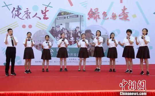 厦门六中合唱团表演《稻香》. 雷国华 摄