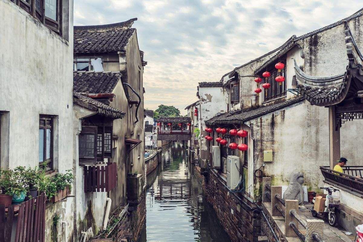 同时,苏州还是中国首批24座国家历史文化名城之一,有近2500年历史,是