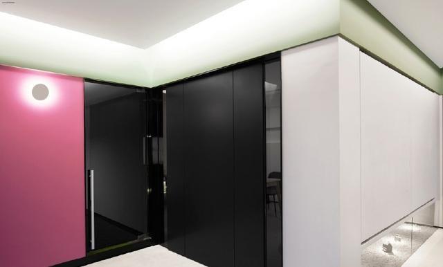 准备开一家公司后,首先就是选择办公室,然后进行装修。这个办公室位于太原,装修出来的效果简直逆天了,这样的设计太美。没有过多的装饰,却有不一样的味道。  黑灰色的墙,符合现代装修的时代潮流,干净利索。  用基本的几何形体,梳理空间的结构与表达。通过圆和三角的天花组合表达空间的主旨:矛盾与对立。  差强人意的外墙防水性,使得建筑师选择在室内将墙体打破裸露红砖。这种不得已的处理,却也创造了新的惊喜:砖表面的颜色在雨天和晴天呈现出不一样的红。自然、空间、人,三者产生了微妙的联系。  面朝东方的开窗,太阳