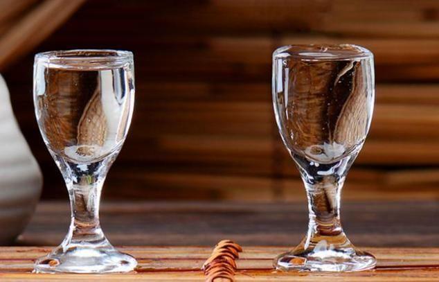 存放白酒时,用什么材质的容器比较好?很多人不知道,涨知识了