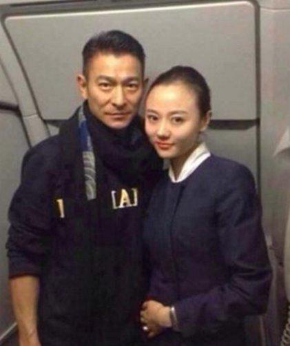 坐飞机被空姐拉上合影的明星,郭德纲的眼神太坏了!