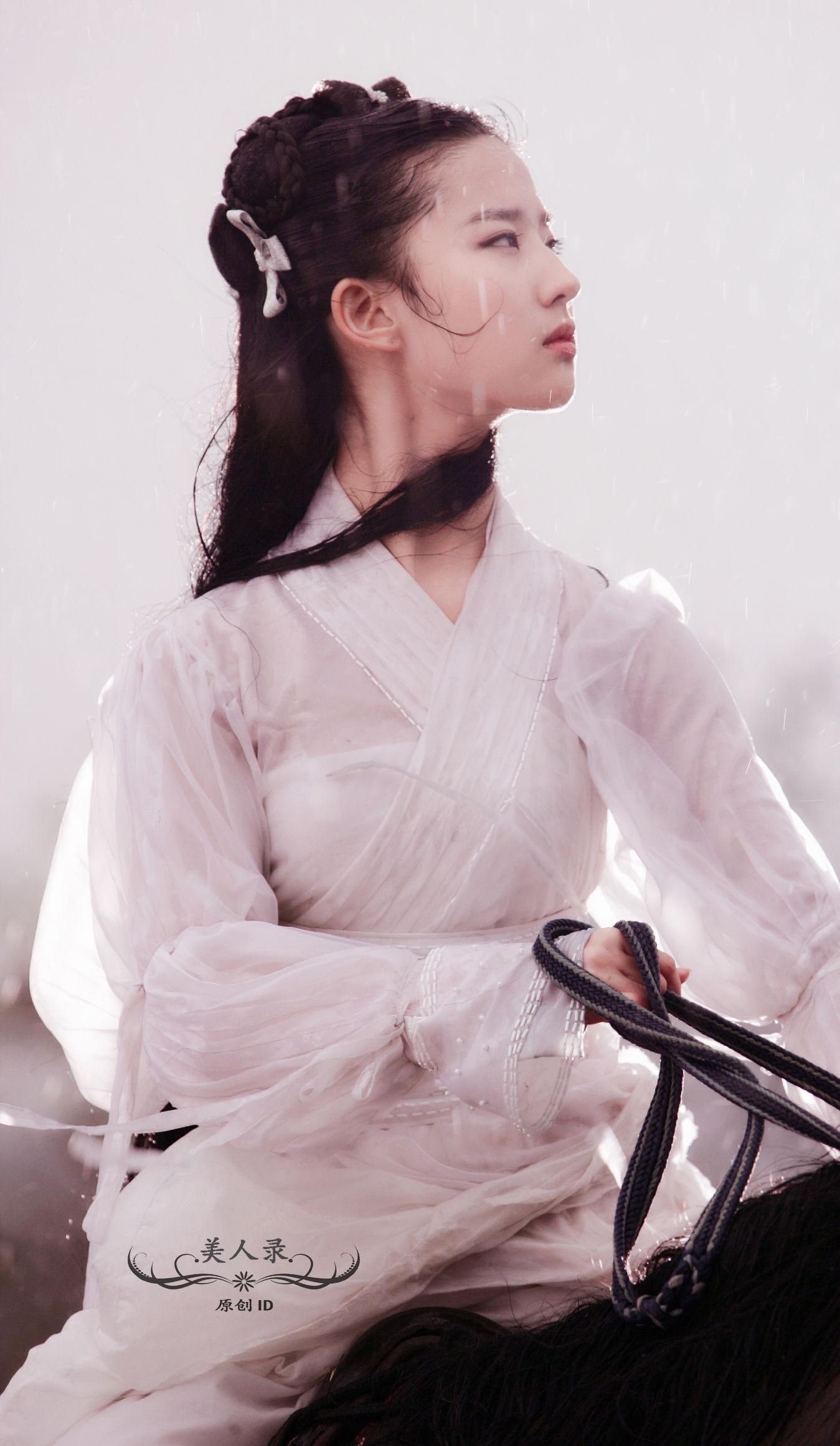 刘亦菲版小龙女骑马装,一身白衣胜雪,仙气十足